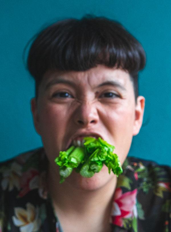 Vette Sletten met een bos bleekselderij in haar mond.