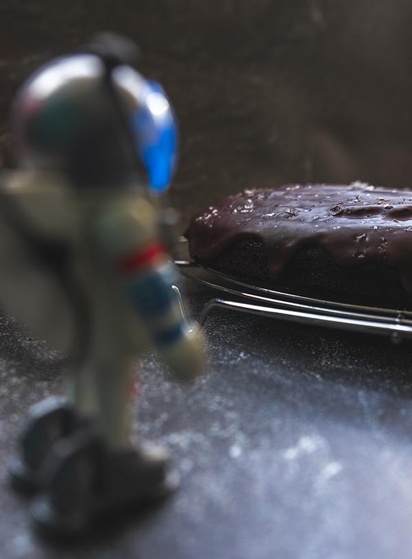 Een Playmobil astronaut bij een chocolade cake