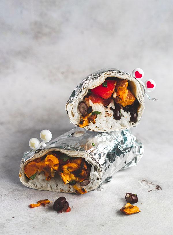 Een door midden gesneden burrito met oogjes erop gestoken.