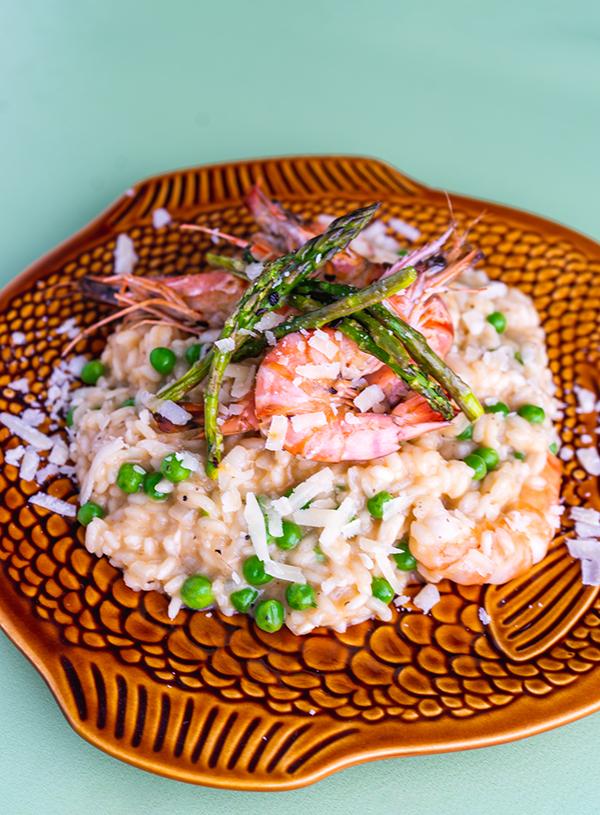 Een closeup van vis risotto.