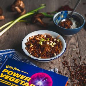 Een kom mapo tofu met de ingrediënten eromheen en op de voorgrond het boek Power Vegetables.