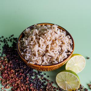 Een kom drie-peper rijst mte de ingrediënten eromheen.