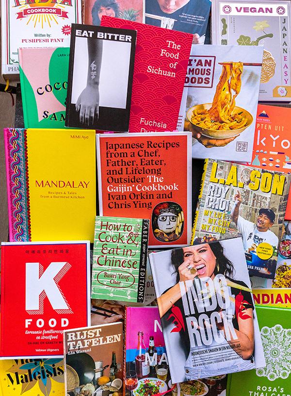 Een enorme stapel Aziatische kookboeken.