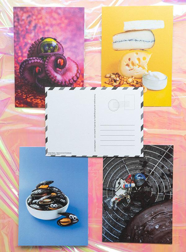 De collectie ansichtkaarten met één ansichtkaart in het midden omgekeerd om de vintage geïnspireerde achterkant van de ansichtkaarten te laten zien.