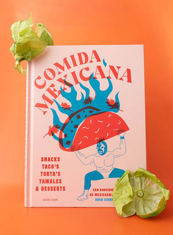 Het kookboek Comida Mexicana van Rosa Cienfuegos met wat tomatillo omhulsels erbij.
