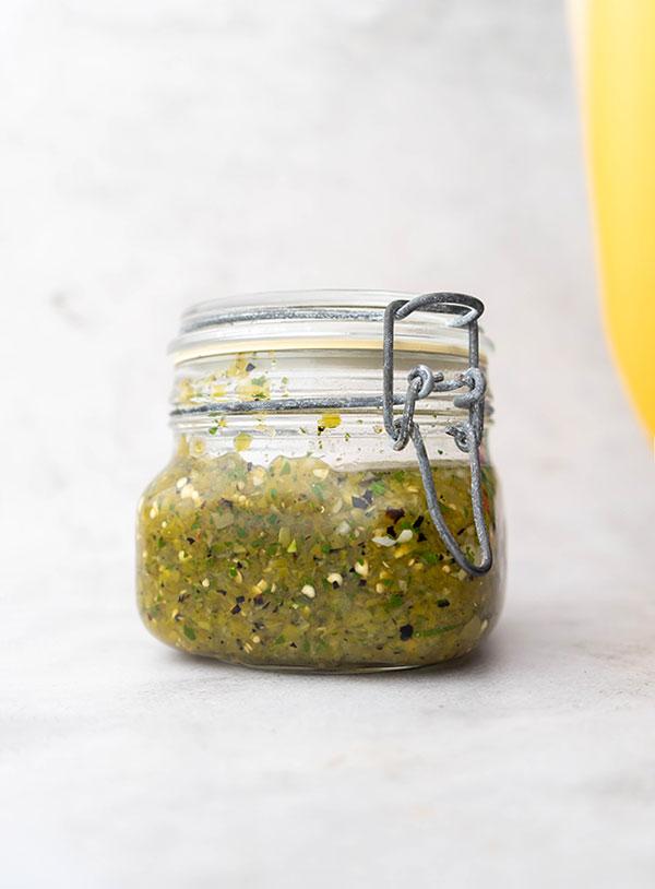 Een pot salsa verde.