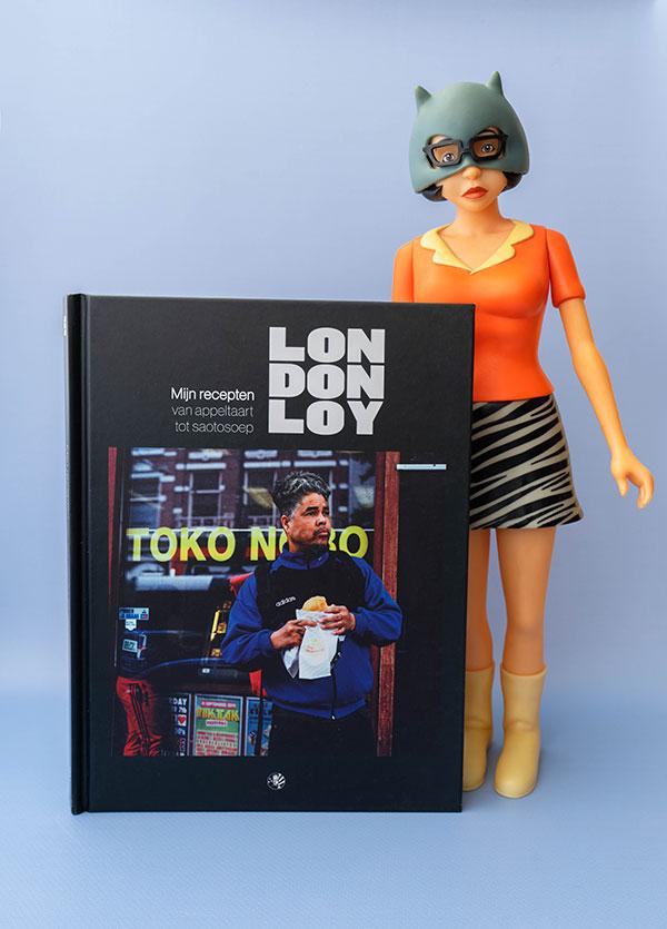 Het boek 'Mijn Recepten' van London Loy met daarbij een pop van Enid Coleslaw, uit de comic en film Ghostworld.